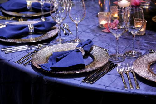 ThinkstockPhotos-Tableset- Navy Blue Pintick